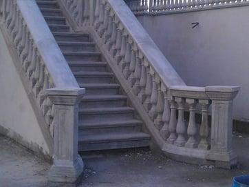 scala in cemento completa di balaustra